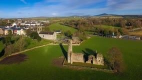 Schattenbild des kauernden Geschäftsmannes St- Mary` s Abtei und Kathedrale farne Co Wexford irland Lizenzfreie Stockbilder