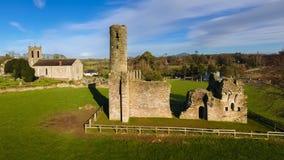 Schattenbild des kauernden Geschäftsmannes St- Mary` s Abtei und Kathedrale farne Co Wexford irland Stockfotos