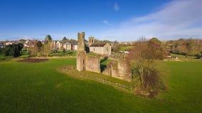 Schattenbild des kauernden Geschäftsmannes St- Mary` s Abtei und Kathedrale farne Co Wexford irland Lizenzfreies Stockbild