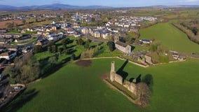 Schattenbild des kauernden Geschäftsmannes St- Mary` s Abtei und Kathedrale farne Co Wexford irland Stockbilder