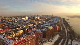 Schattenbild des kauernden Geschäftsmannes Stockholm-Stadt stock footage