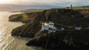 Schattenbild des kauernden Geschäftsmannes Wicklow-Kopfleuchtturm Grafschaft Wicklow irland Lizenzfreies Stockbild