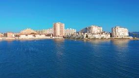 Schattenbild des kauernden Gesch?ftsmannes Ansicht von Wohnungen und von Hotels, La-Manga, Spanien stock footage