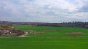 Schattenbild des kauernden Gesch?ftsmannes Bauernhof unter den Fr?hlings-Feldern stock video