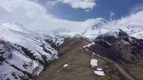 Schattenbild des kauernden Gesch?ftsmannes Berg Kazbek - die populärste Spitze von Georgia stock video footage