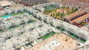 Schattenbild des kauernden Gesch?ftsmannes ein contruction Bereich mit Neubauten Spanien, Costa-BLANCA, Alicante, Torrevieja stock video footage