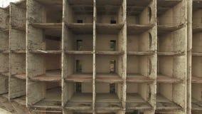 Schattenbild des kauernden Gesch?ftsmannes Grundlegende Struktur des unfertigen Feiertags-Hotel-Geb?udes stock video