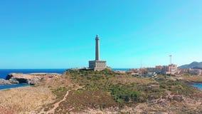 Schattenbild des kauernden Gesch?ftsmannes Leuchtturm Faro Cabo de Palos, Spanien, meditterian Meer stock video
