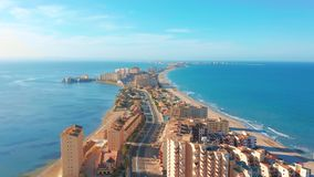 Schattenbild des kauernden Gesch?ftsmannes Panoramablick-La Manga del Mar Menor, Cartagena, Murcia, Spanien stock video footage