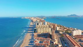 Schattenbild des kauernden Gesch?ftsmannes Panoramablick-La Manga del Mar Menor, Cartagena, Murcia, Spanien stock video