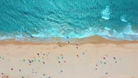 Schattenbild des kauernden Gesch?ftsmannes Tropischer Strand mit T?rkisozeanwasser und Wellen, Vogelperspektive stock video