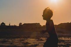 Schattenbild des Kindes auf Strand Lizenzfreies Stockfoto