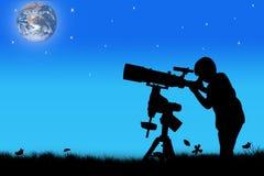 Schattenbild des kleinen Jungen schauend durch ein Teleskop Stockfotografie