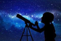 Schattenbild des kleinen Mädchens schauend durch ein Teleskop stockbilder