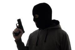 Schattenbild des kriminellen Mannes in der Maske, die Gewehr lokalisiert auf Weiß hält Lizenzfreies Stockfoto