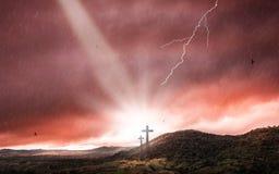 Schattenbild des Kruzifixkreuzes zur Sonnenuntergangzeit mit heiligem Licht- und Gewitterhintergrund stockbild