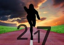Schattenbild des laufenden Athleten bildend Zeichen 3D des neuen Jahres 2017 Lizenzfreies Stockfoto