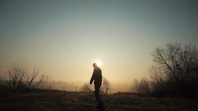 Schattenbild des lustigen verrückten Manntanzens gegen Sonnenaufgang oder Sonnenuntergang Erfolgreiches frohes und nettes Manntan stock video