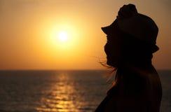 Schattenbild des Mädchens auf dem Sonnenuntergang lizenzfreie stockbilder