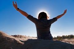 Schattenbild des Mädchens die Freiheit ausdrückend Lizenzfreies Stockfoto