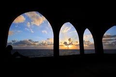 Schattenbild des Mädchens Meer erwägend Lizenzfreie Stockfotografie