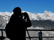 Schattenbild des männlichen Landschaftsphotographgefangennehmens atemberaubend stockfoto