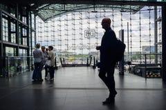 Schattenbild des männlichen Reisenden bei Berlin Hauptbahnhof stockbild