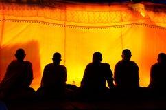 Schattenbild des Mönchs beten für Begräbnis an der Begräbnis- Zeremonie Stockfotos