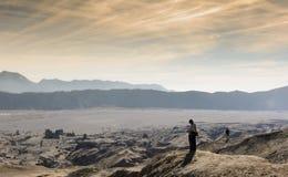 Schattenbild des Mannes auf Wüsten-Sand Stockfotos