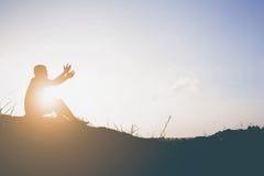 Schattenbild des Mannes beten dort ist Hoffnung Lizenzfreies Stockfoto