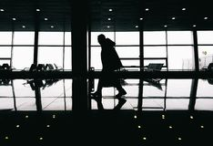 Schattenbild des Mannes gehend in modernes Gebäude lizenzfreie stockbilder