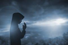 Schattenbild des Mannes mit angehoben überreicht Unschärfequerkonzept für Stockbild