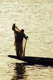 Schattenbild des Mannes mit Fischernetz Stockbilder