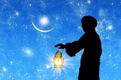 Schattenbild des Mannes mit Lampe in der Hand Stockfoto