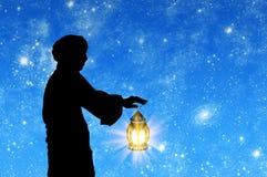 Schattenbild des Mannes mit Lampe in der Hand Stockfotos