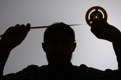 Schattenbild des Mannes schauend auf 8mm Filmstreifen Stockfotografie