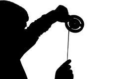 Schattenbild des Mannes schauend auf 8mm Filmstreifen Lizenzfreie Stockfotografie
