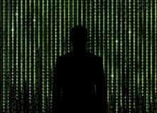 Schattenbild des Mannes schauend durch den Matrixhintergrund Lizenzfreie Stockbilder