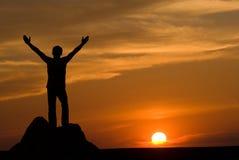 Schattenbild des Mannes am Sonnenuntergang Stockbild
