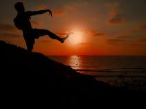 Schattenbild des Mannes tai-Chi im Sonnenuntergang tuend Lizenzfreies Stockbild