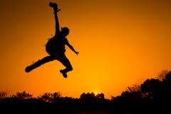 Schattenbild des Mannspringens Stockbild