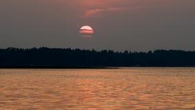 Schattenbild des Pontons auf Minnesota-See bei Sonnenuntergang stock video footage