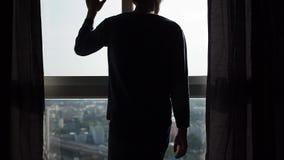 Schattenbild des rührenden Fensters des Mannes in der Zeitlupe stock video footage
