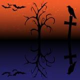 Schattenbild des Raben, des Kreuzes, des Baums und der Schläger Lizenzfreie Stockfotos