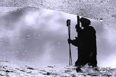 Schattenbild des Refection eines Skifahrers Stockfotos