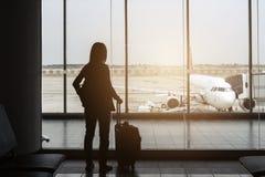 Schattenbild des Reisenden am Flughafen stockfotos