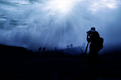 Schattenbild des schießenden Sonnenaufgangs des Fotografen Stockfotografie