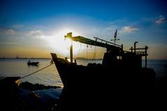 Schattenbild des Schiffs mit Sonnenunterganghimmel in Meer Lizenzfreie Stockbilder