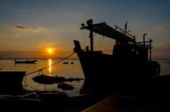 Schattenbild des Schiffs mit Sonnenunterganghimmel in Meer Lizenzfreies Stockbild