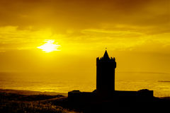 Schattenbild des Schlosses am Sonnenuntergang in Irland. Lizenzfreie Stockbilder